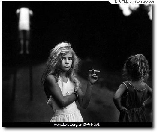 3.《Cany Cigarrette》by Sally Mann;黑白摄影能够大幅突出画面的故事性,摒弃时间与色彩的干扰