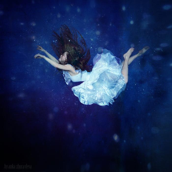 蓝色漂浮摄影