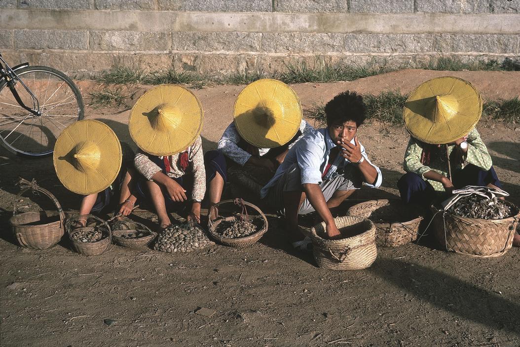 1983年,中国福建省,距离泉州市40公里的惠安县,一些正在街头摆摊的人