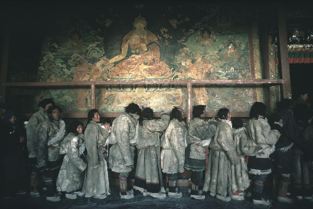 1981年2月份,中国西藏自治区拉萨市,大昭寺内身穿厚羊皮大衣的藏民正排队等待进入圣殿