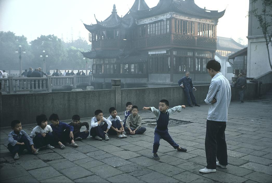 1979年,中国上海市,清晨正在练太极拳的孩子