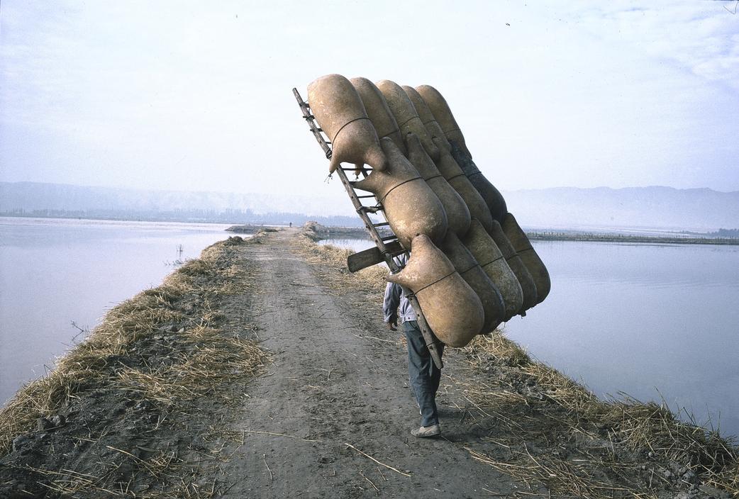 1980年,中国宁夏自治区中卫市,背羊皮筏的人