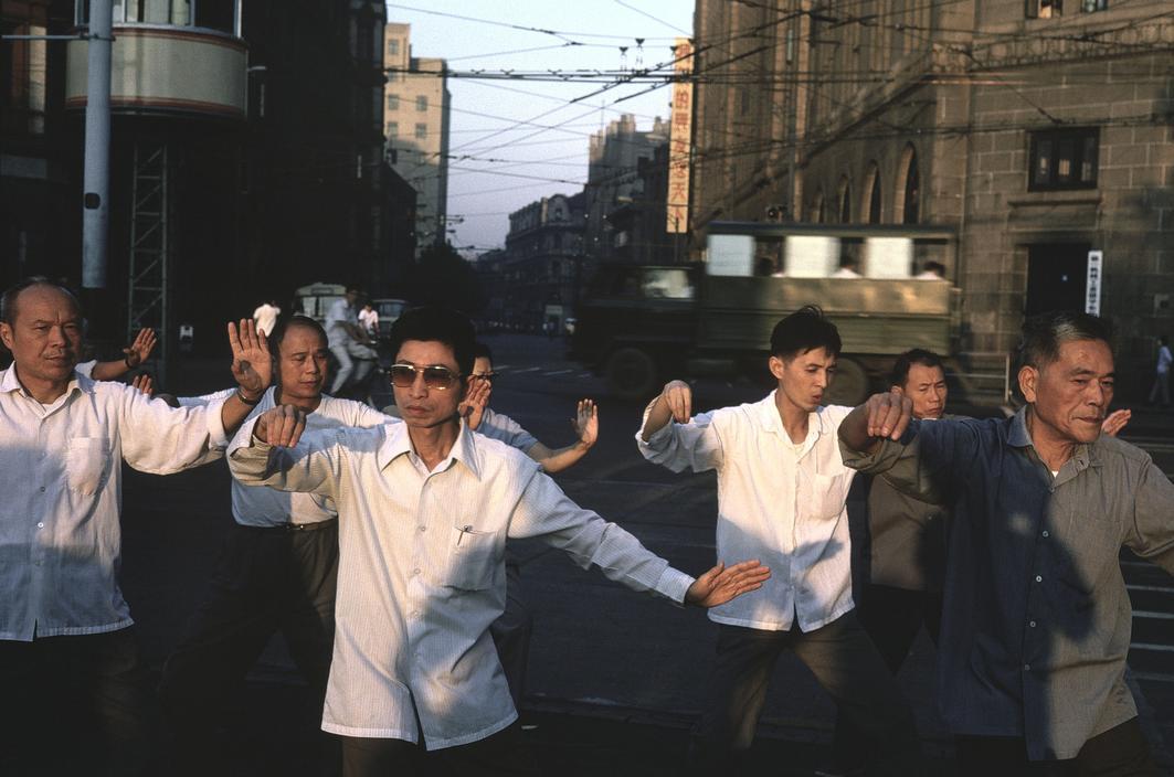 1979年,中国上海市,在外滩晨练的人们