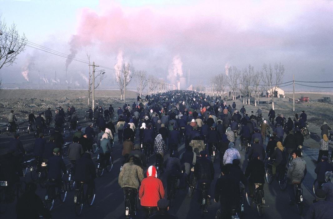 1980年,中国内蒙古自治区包头市,上班高峰期的7:30,正在前往包头钢铁厂工作的工人