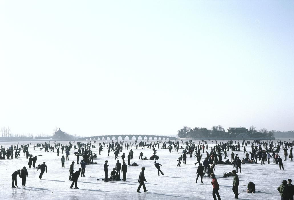 1984年,中国北京市的昆明湖内,当时盛行的滑冰活动
