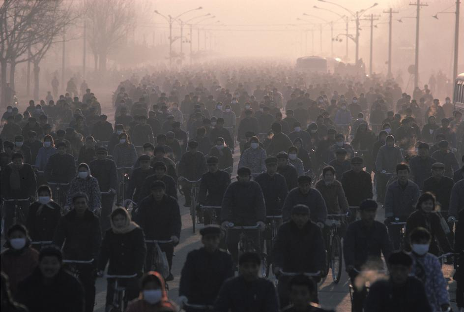 1980年,中国内蒙古自治区包头市,上班高峰期的7:30am,正在前往包头钢铁厂工作的工人