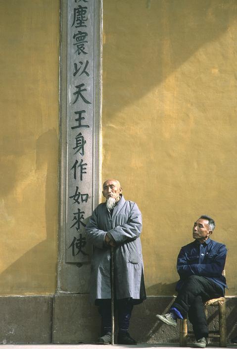 1983年,中国浙江省宁波市,和尚倚着佛墙沉思
