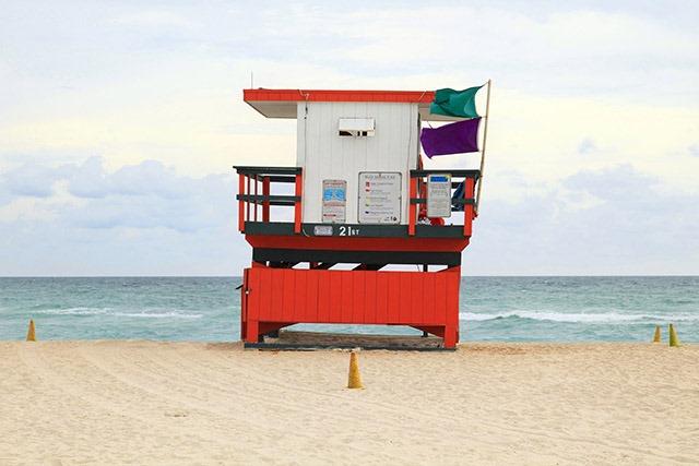 炫彩海滩救生塔