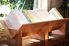 倒三角形的原木书架设计
