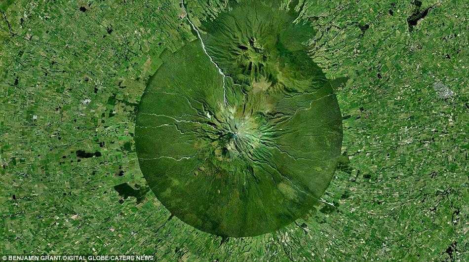 新西兰北岛西海岸塔拉纳基地区的一个活火山