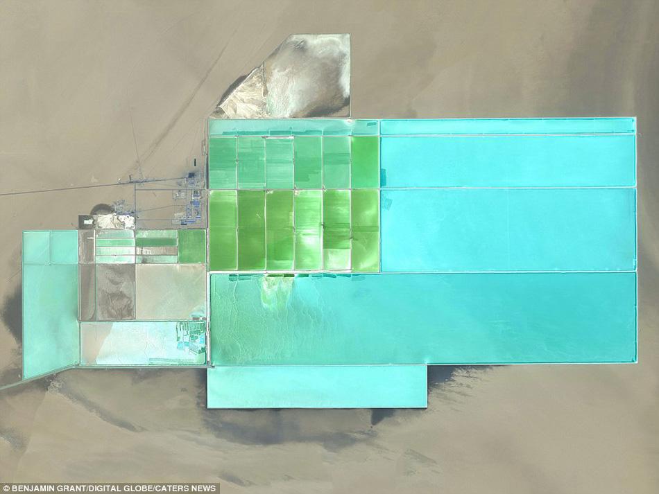 中国新疆地区的塔克拉玛干沙漠,太阳能池塘养殖区。
