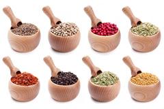 16种木碗装的调料香料高清图片