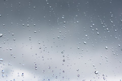 玻璃上的雨滴高清图片素材