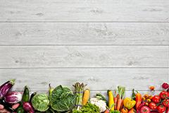 白色木质地板与蔬菜组合高清图片