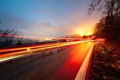 傍晚的高速公路和城市高清图片