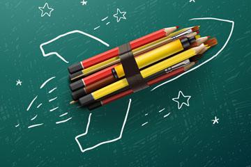创意返校黑板上的铅笔火箭矢量图