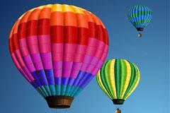 正在飞行的彩色热气球矢量素材