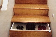 楼梯上的抽屉