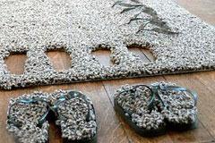 藏在地毯里的拖鞋
