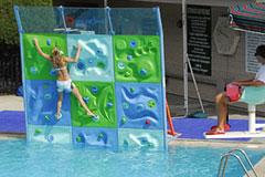 游泳池里的攀岩运动