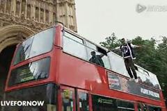 """真人""""悬浮""""公交车顶的户外广告"""